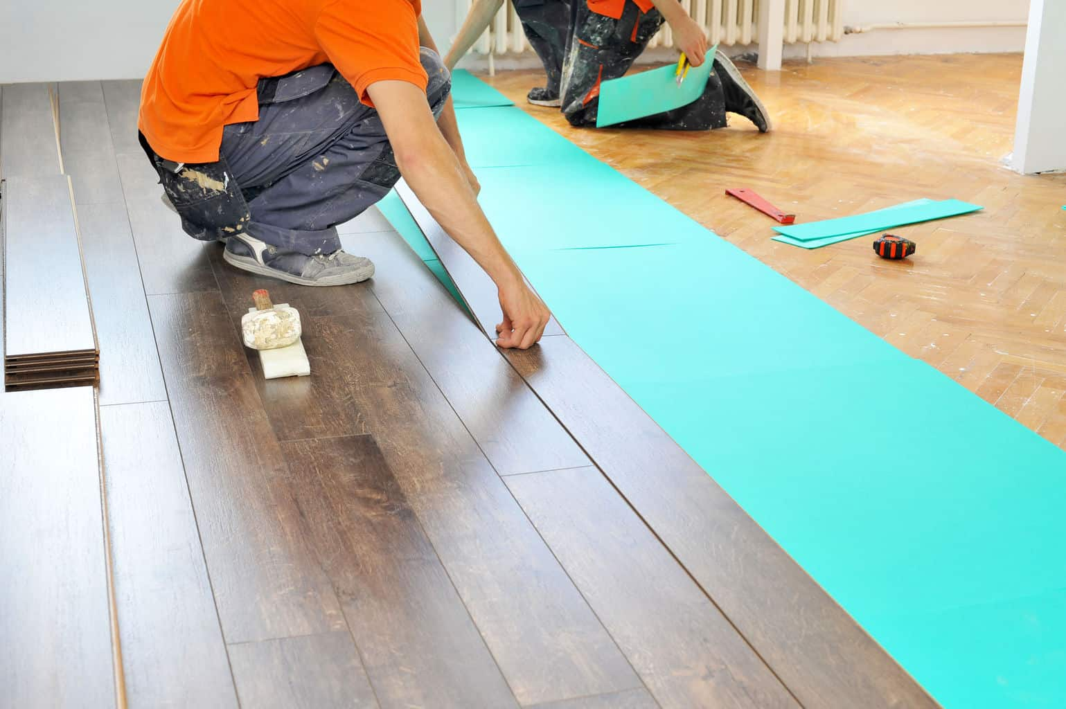 How to lay laminate flooring in 7 easy steps the flooring lady if you are thinking of putting down laminate in a room in your home you will be happy to hear that learning how to lay a laminate floor is much easier than solutioingenieria Image collections